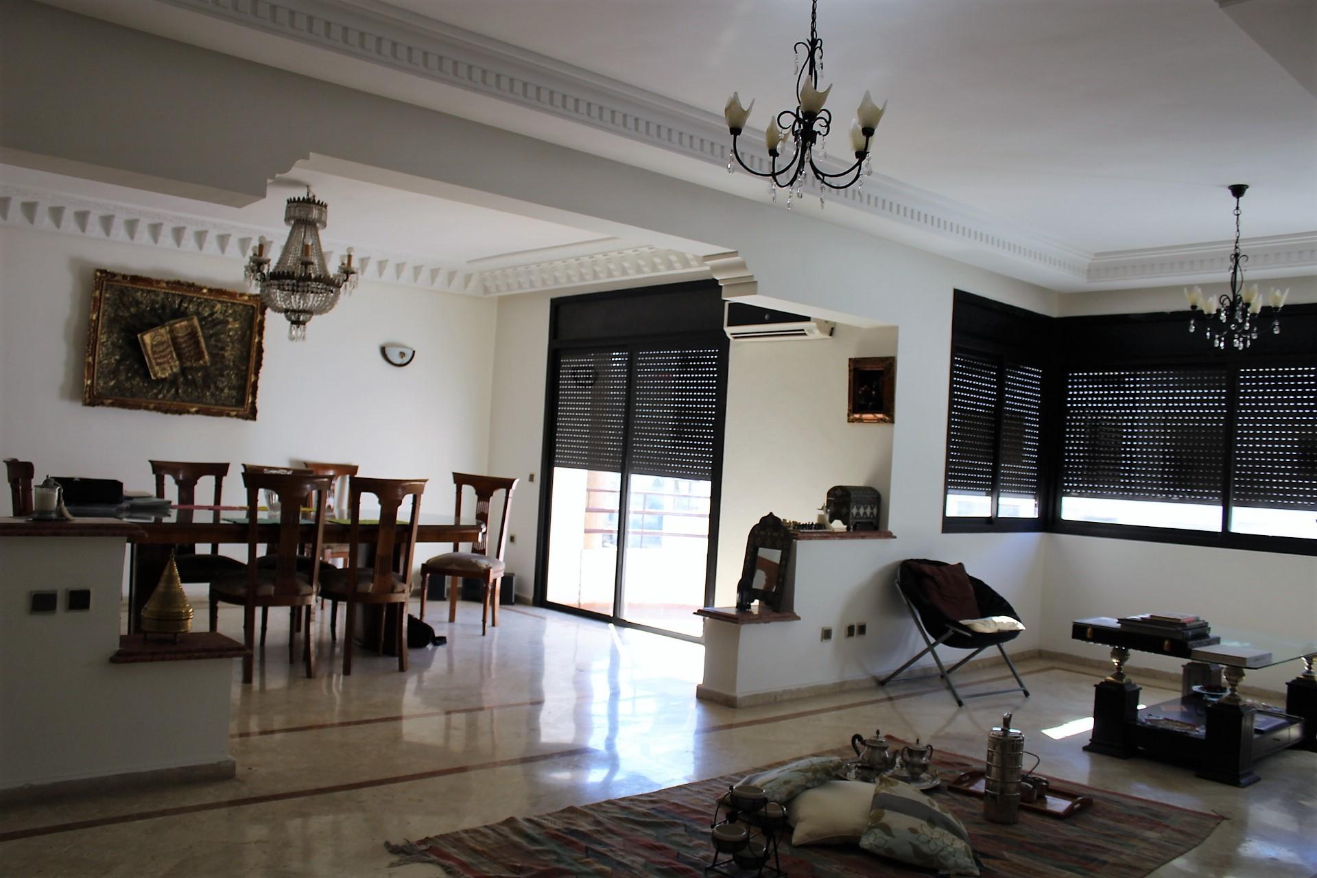 Casablanca, racine à louer vaste et confortable appartement de 210 M2 avec terrasse protégée privée.