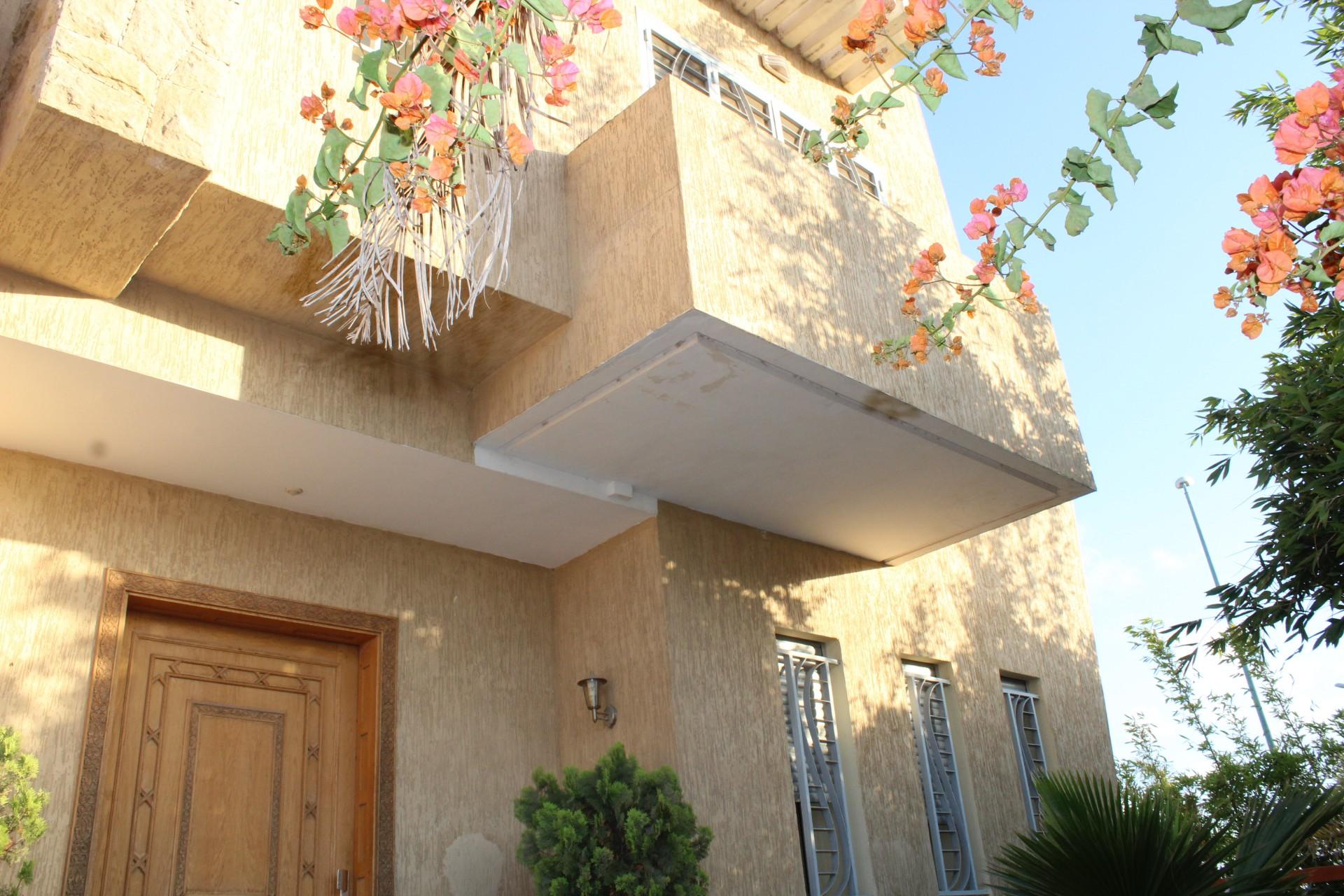Maroc, Bouscoura, à acheter maison individuelle d'angle très bien exposée avec jardin paysager implantée sur un terrain de 430 M2