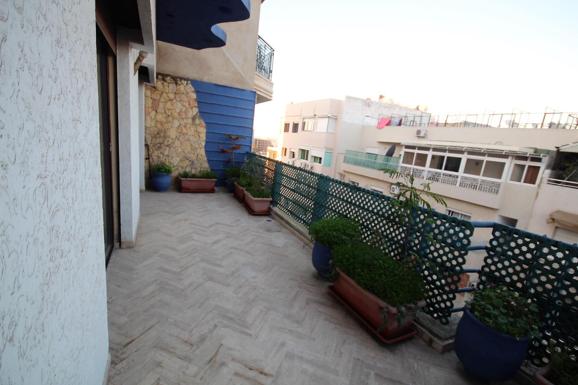 Maroc, Casablanca, à louer bel appartement avec grande terrasse au dernier étage sur le Quartier Princesses. (Entre le stade d'Honneur et Bld Ghandi)