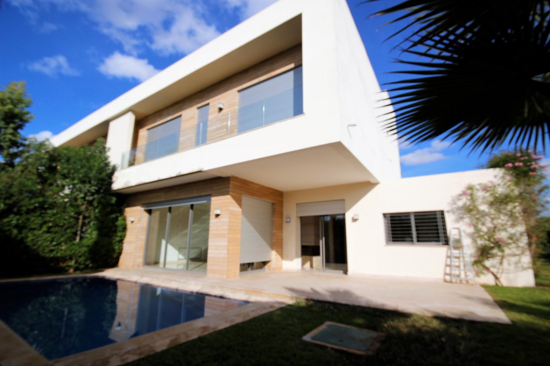 Maroc, Casablanca, en plein cœur du quartier Californie et à 2 min de l'école Américaine, à louer villa de maître sur un terrain d'environ 600 m² avec piscine individuelle, jardin arboré privatif