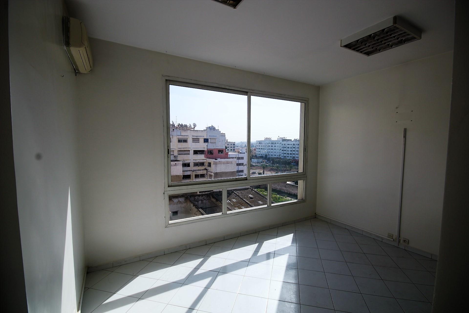 Maroc, Casablanca, Bld Abdelmoumen à louer bureau lumineux et efficace de 58,50 m² dans immeuble professionnel proche tram