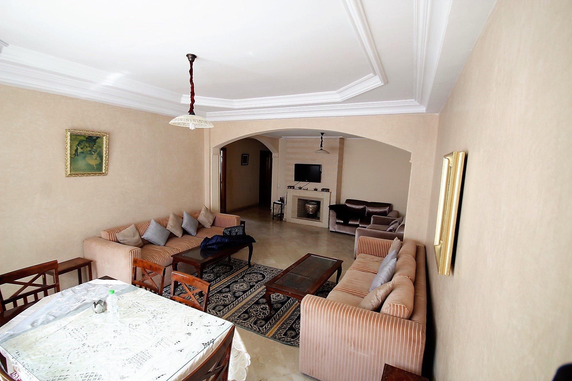 Maroc, Casablanca, Racine sur triangle d'or, à louer Vaste appartement (environ 132 m²) calme meublé de 2 chambres avec petite terrasse