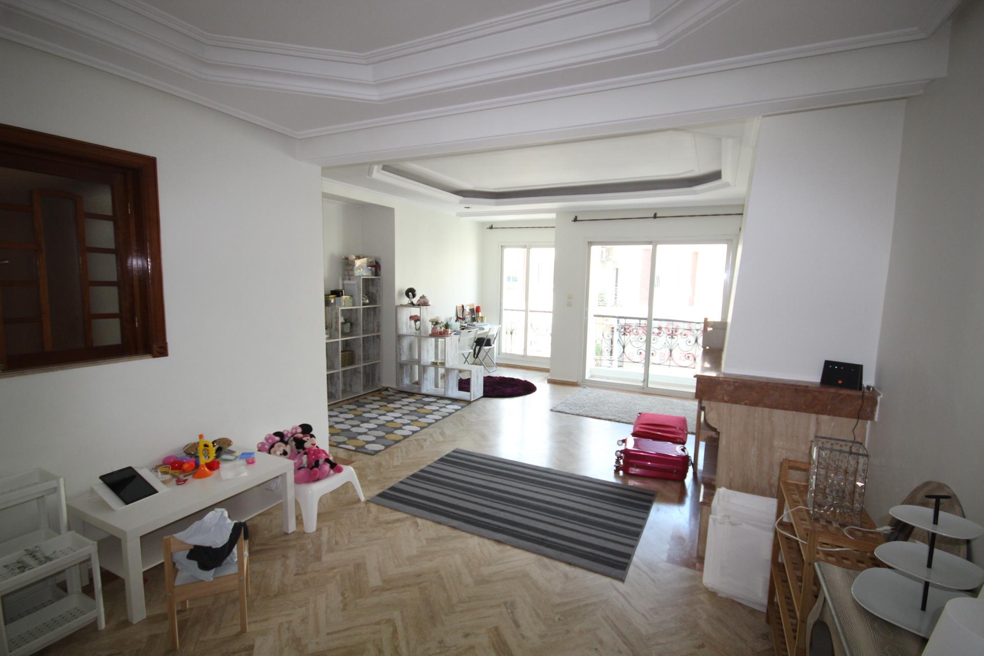 Maroc, Casablanca, Racine très chic, à louer appartement ensoleillé de 140m² avec balcon en étage élevé