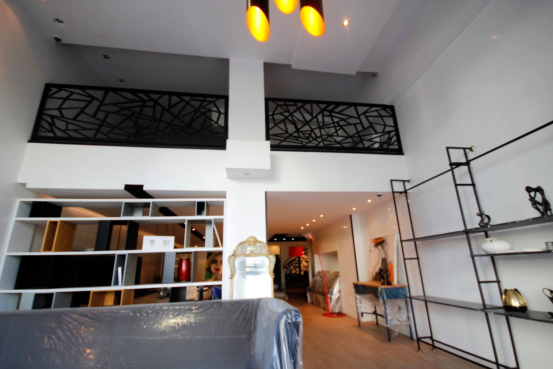 Maroc ,Casablanca, vend parfait local professionnel avec 2 rideaux (7,2 mètres linéaire).Top emplacement .