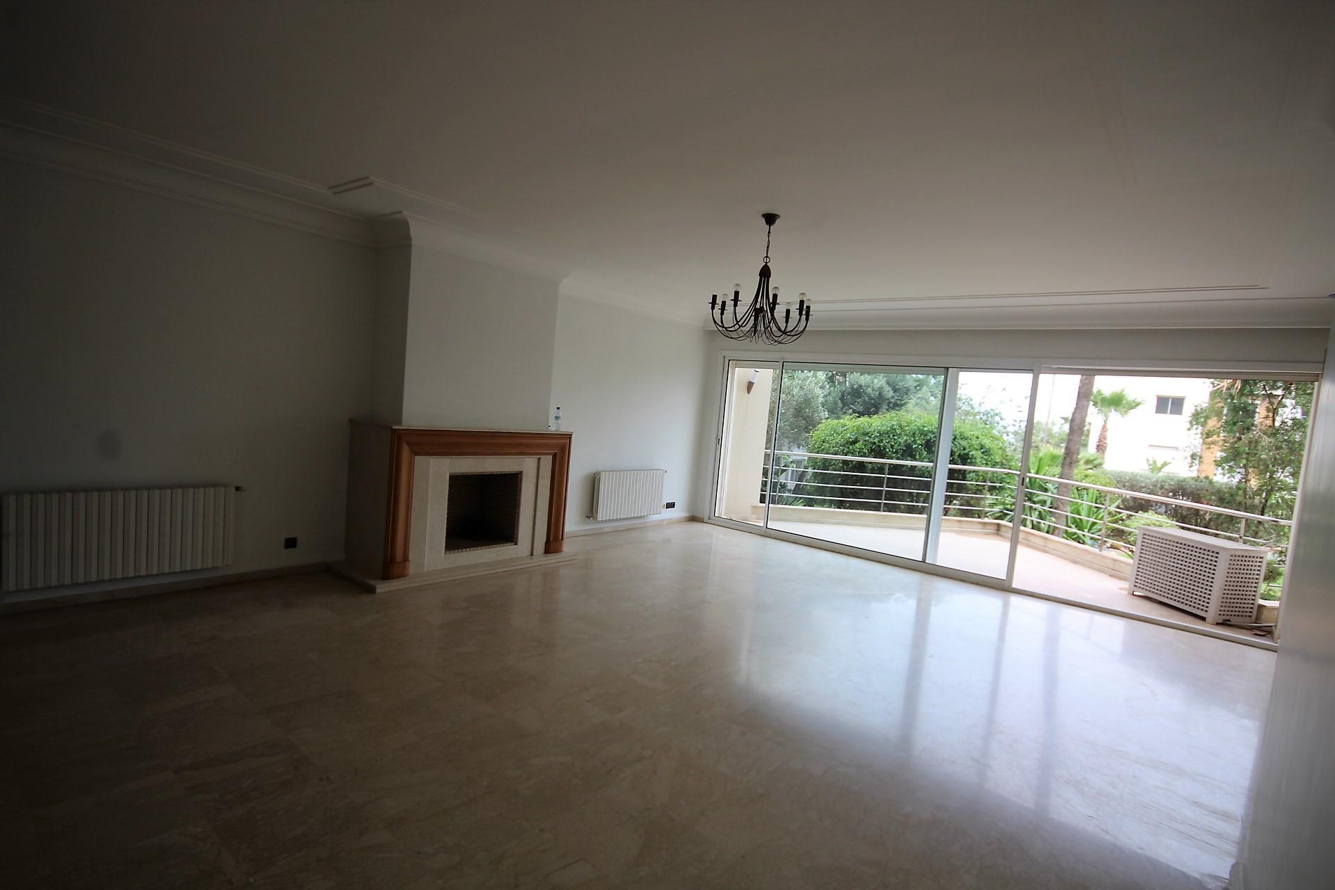 Maroc, Casablanca, Ain Diab proche Sindibad, à louer confortable grand appartement vue mer et terrasse de 200 m²