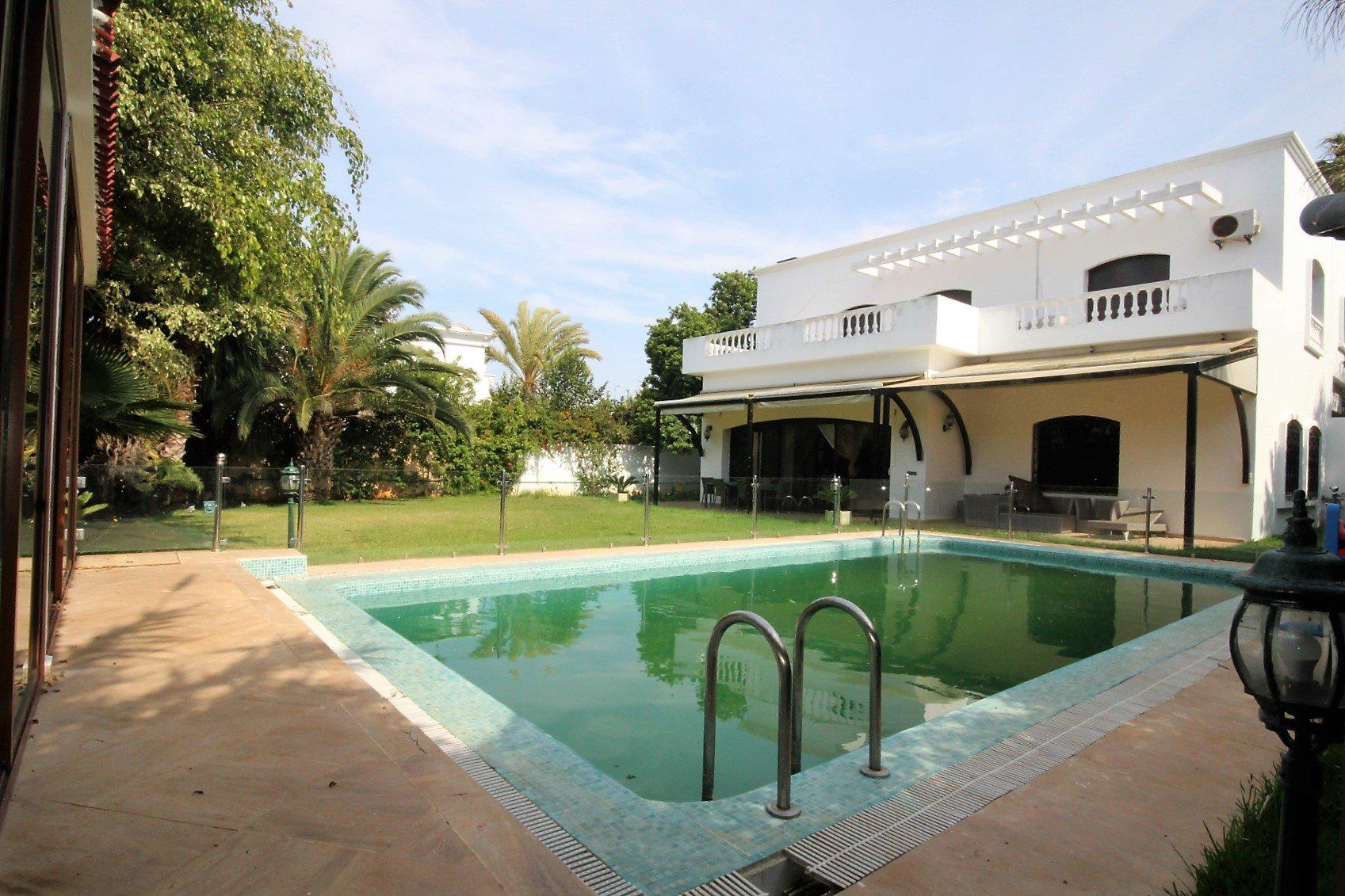 Maroc, Casablanca, Californie, à deux pas de l'école américaine, à louer vaste villa (500 m² habitable) tout confort avec piscine