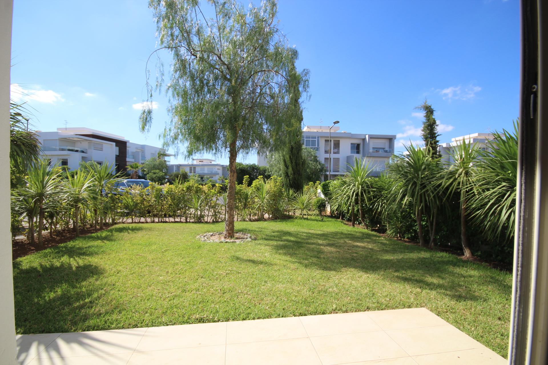 Maroc, Bouscoura, Joli appartement moderne en Rez de jardin à louer meublé. (Presque une villa)