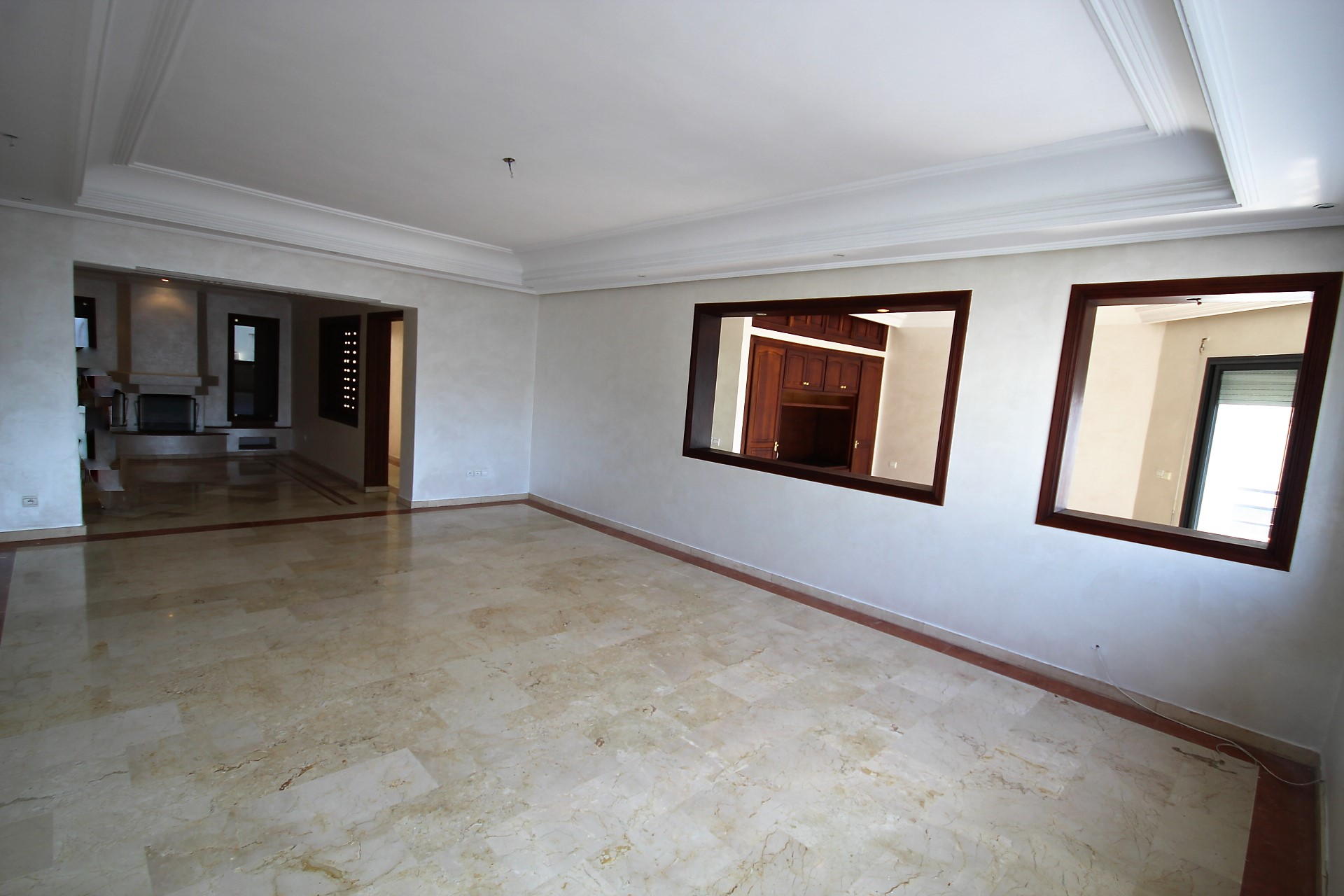 Racine (proche rond-point des sports) à louer grand appartement non meublé de 180 m² à prix doux !