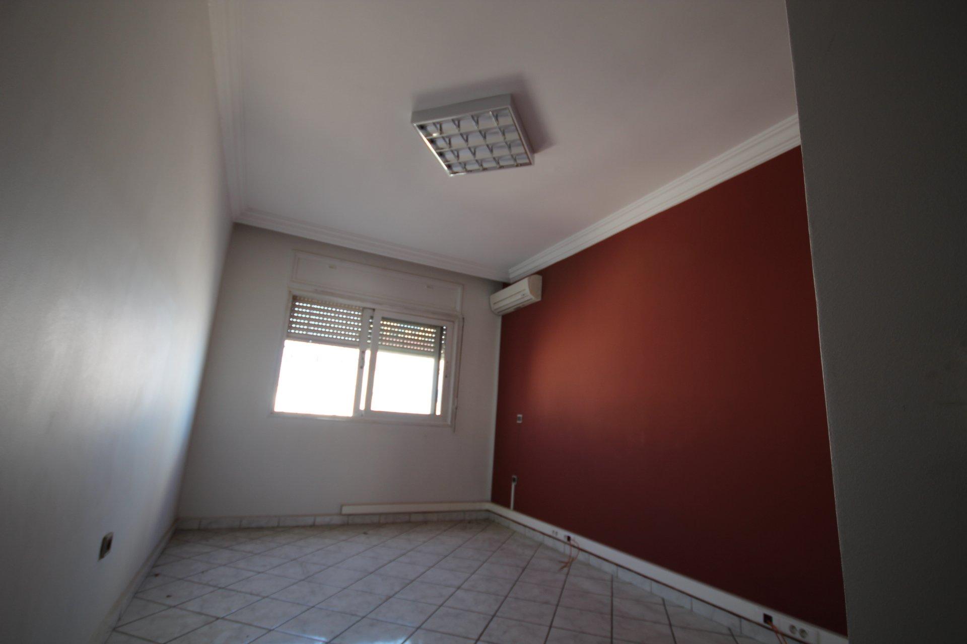 Anoual / Abdelmoumen, à louer bureau moderne bien équipé en étage élevé