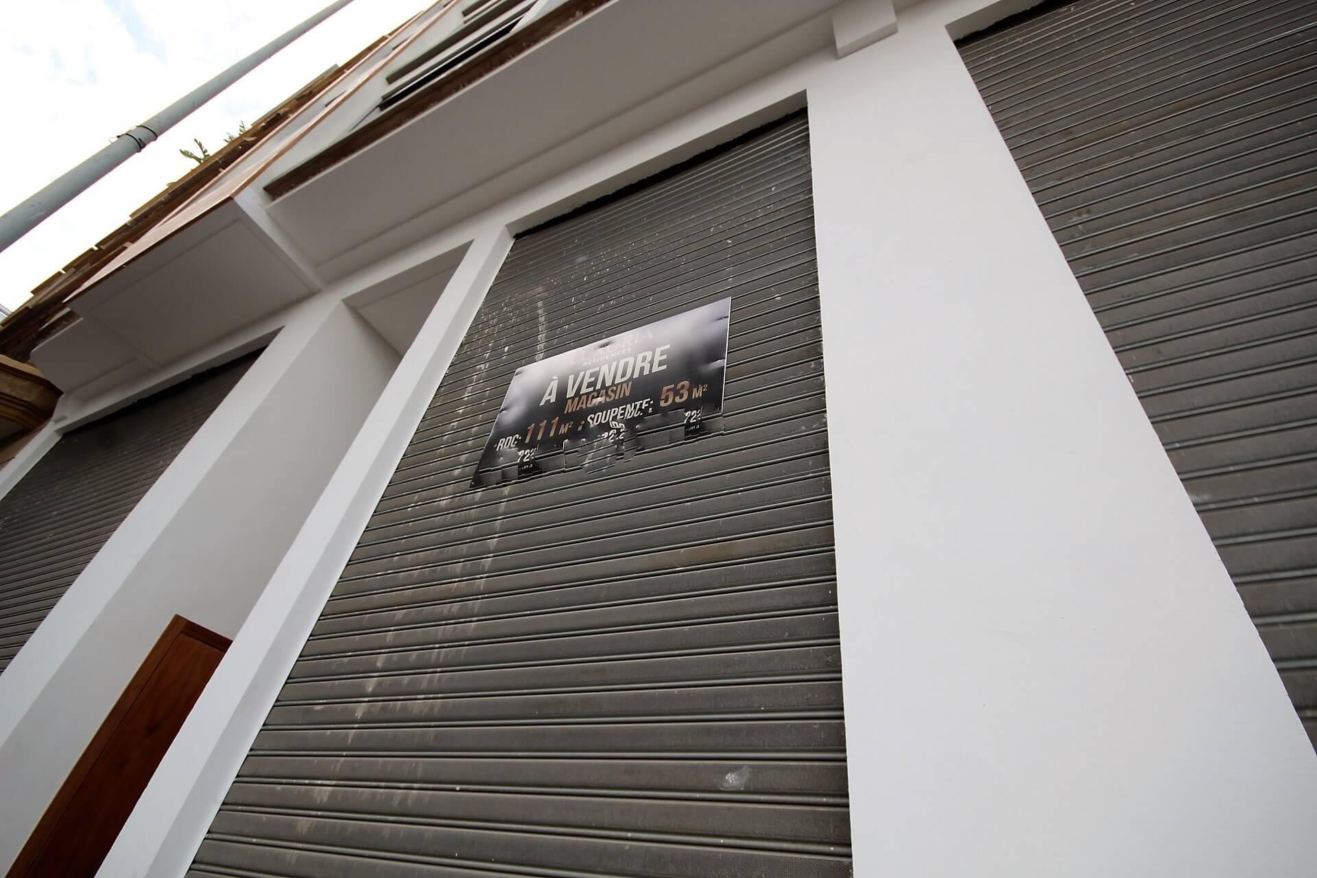 à Louer magasin avec 7 m de hauteur d'une superficie 111 m² avec 53 m² soupente