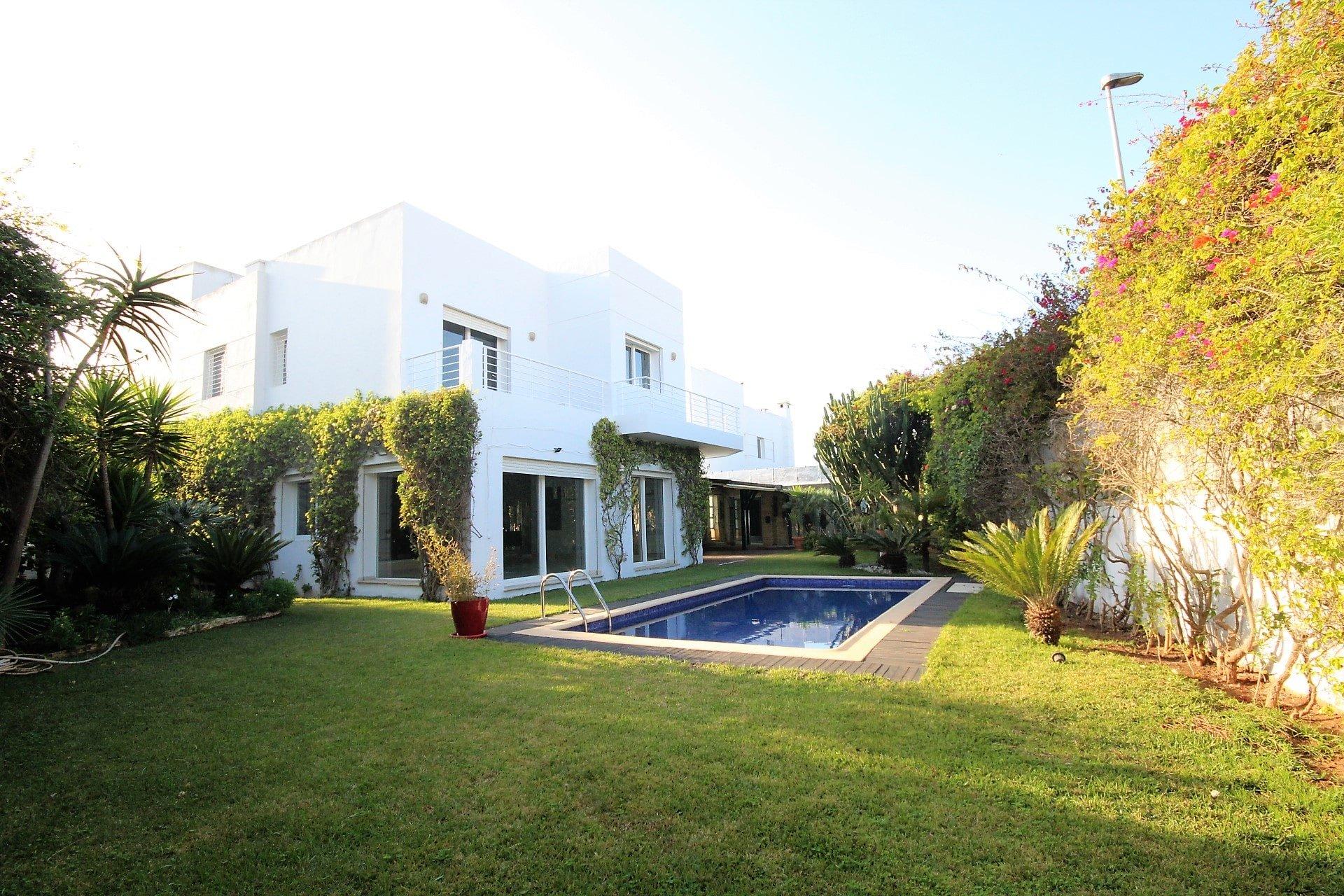 AIN DIAB loue villa d'angle Moderne de 4 chambres (vue mer) en parfait état avec piscine